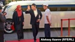 Из подъехавшего к красной дорожке лимузина первыми вышли режиссер фильма Акан Сатаев и его супруга. Алматы, 27 сентября 2016 года.