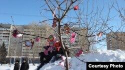 Древо желаний, увешанное валентинками. Усть-Каменогорск, 17 февраля 2013 года.
