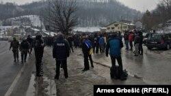 Policija i demobilisani borci pored magistralnog puta