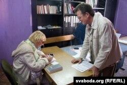 Алена Струвэ падпісвае кнігу аршанскаму праваабаронцу Васілю Леўчанкаву