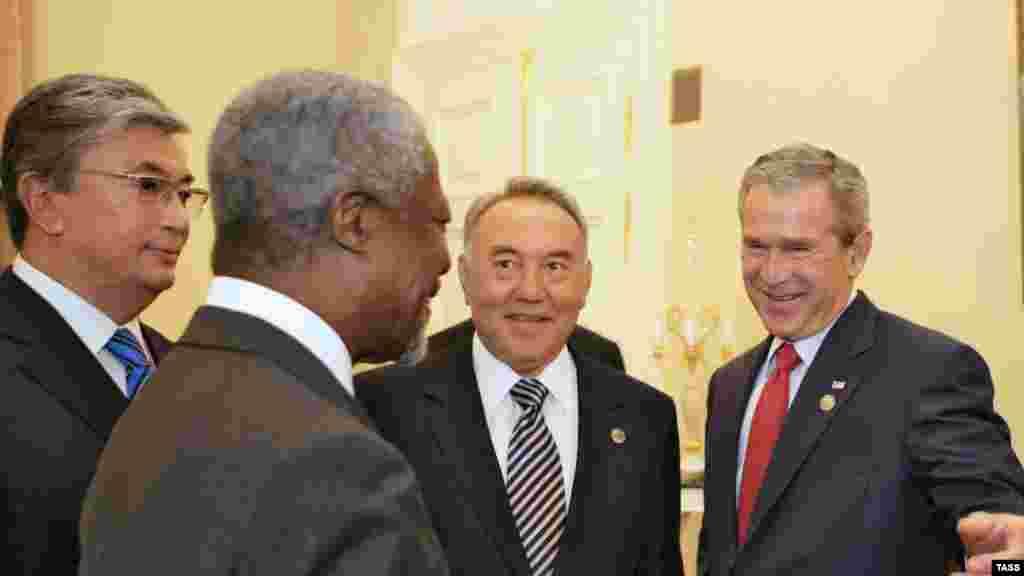 Генеральный секретарь ООН Кофи Аннан (на первом плане), президент США Джордж Буш (справа) и президент Казахстана Нурсултан Назарбаев беседуют перед рабочей встречей приглашенных на саммит «Большой восьмерки» в Константиновском дворце в Стрельне. Петербург, 17 июля 2006 года.