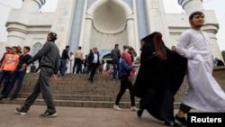 Люди у центральной мечети Алматы.