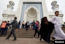 Мусульмане выходят из мечети в Алматы. Иллюстративное фото.