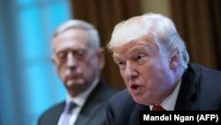 James Mattis (arxa planda) və prezident Trump