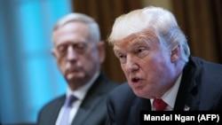 Президент США Дональд Трамп во время встречи с военачальниками в Белом доме 5 октября 2017 года.