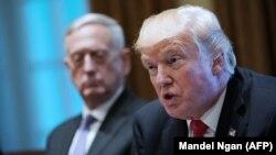 АҚШ президенті Дональд Трамп америкалық әскери басшылармен кездесуде. Вашингтон, 5 қазан 2017 жыл.