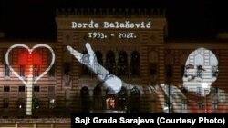 A szarajevói városháza tiszteleg a szerb dalszerző és énekes, Djordje Balasevic előtt 2021. február 20-án