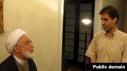 حسین کروبی (راست) در کنار پدر محصورش مهدی کروبی