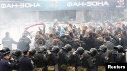Українські правоохоронці тренуються вгамовувати вболівальників, Донецьк, 29 вересня 2011 року