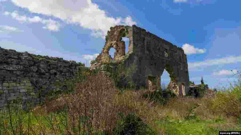 Руїни цитаделі Мангуп-Кале. Цитадель розділяє мис Тешкли-Бурун від решти території Мангуп-Кале