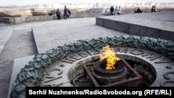 На фото – попередній інцидент з Вічним вогнем: невідомі вкрали чотири бронзові деталі меморіального комплексу, 4 квітня 2017 року