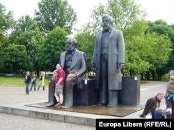 Almaniyada Marksla Engelsin birgə heykəli.