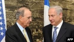 بنیامین نتانیاهو، نخست وزیر اسرائیل (راست) همراه با جرج میچل، نماینده ویژه آمریکا در امور خاورمیانه