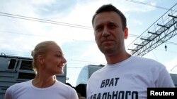 Олексій Навальний з дружиною Юлією після реєстрації його кандидатом на посаду мера Москви, 17 липня 2013 року