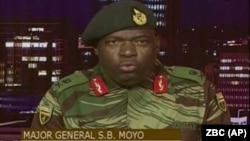 Зимбабве қорғаныс күштерінің ресми өкілі, генерал-майор С.Б.Мойо телеарнадан халыққа үндеу жасап тұр. 15 қараша 2017 жыл.