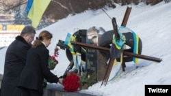 Ukraine - Petro Poroshenko and is wife lay flowers at the grave of Mikhail Zhyzneuski, 20Jan2016