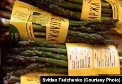 Спаржа, яку вирощує Світлан Федченко, торгової марки «Еко Віста», має оригінальну етикетку з рецептами приготування