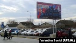 """La Dubăsari, un panou cu inscripția """"Impreună cu Rusia, împotriva oligarhilor"""""""