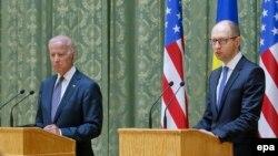 Віце-президент США Джо Байден (ліворуч) і прем'єр-міністр України Арсеній Яценюк