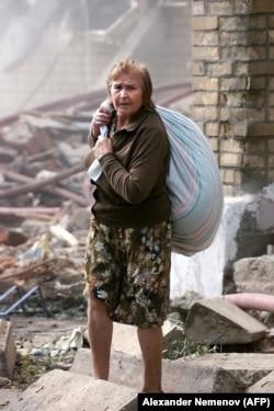 Женщина у взорванного дома, 10 сентября 1999 года