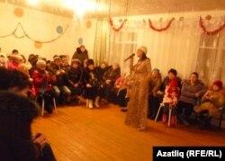 Тазлар авылында Фагилә Чумарова җырлый