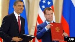 Չեխիա - ԱՄՆ նախագահ Բարաք Օբաման և Ռուսաստանի նախագահ Դմիտրի Մեդվեդևը երկու երկրների միջուկային զինանոցների սահմանափակման մասին համաձայնագրի ստորագրումից հետո, Պրահա, 8-ը ապրիլի, 2010թ․