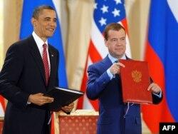 Барак Обама и Дмитрий Медведев обмениваются подписанными копиями договора СНВ-III, Прага, 8 апреля 2010