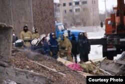 Поисково-спасательные работы на месте дома, где рухнул подъезд с первого по пятый этаж. Поселок Шахан Карагандинской области, 2 января 2017 года.