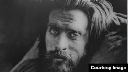 Фото одного з учасників виставки «Невідомий солдат» Девіда Джея (скріншот з сайту «Голос Америки»)