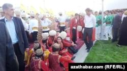 Ношение национальной туркменской одежды в будни и праздники является обязательным для всех учащихся учебных заведений Туркменистана (архивное фото)