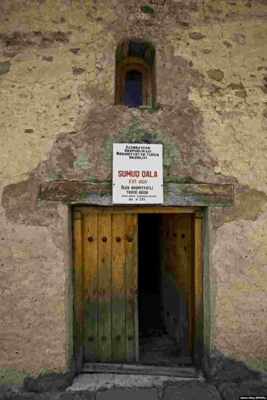 Qüllənin inşasında çay daşından, əhəng məhlulundan və bişmiş kərpicdən istifadə olunub.