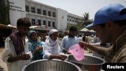 Люди отримують від волонтерів питну воду поруч із медичним центром у Карачі, Пакистан, 23 червня 2015 року