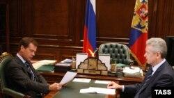 """""""В этой бумаге, она распечатана из Интернета, говорится о ряде технологических проектов. Посмотрите"""", - сказал Медведев Собянину"""