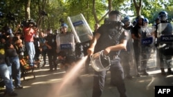 Стамбул полицейі шерушілерге көз ашытатын газ шашып тұр. 8 шілде, 2013 жыл. (Көрнекі сурет)