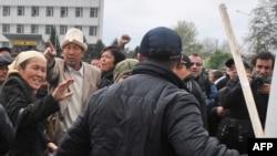 Для толпы в Киргизии бунт еще не закончен.