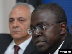 Глава ереванского офиса ВБ Жан-Мишель Хаппи (слева) во время пресс-конференции (архивная фотография)