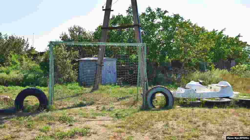 Самодельные ворота на футбольное поле