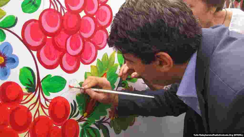 Посол Іраку в Україні долучився до малювання