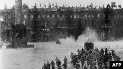 """1917-жылдын 7-ноябрында Александр Керенский башында турган Убактылуу өкмөттү кулатып, Кышкы сарайды басып алуу учуру. Режиссер Сергей Эйзенштейндин 1927-жылы тартулган """"Октябрь"""" фильминен бир көрүнүш."""