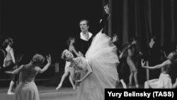 Рудольф Нуриев 1989 елда Киров театры сәхнәсендә (1992 елда Мариин дәүләт академия театры дип үзгәртелә)