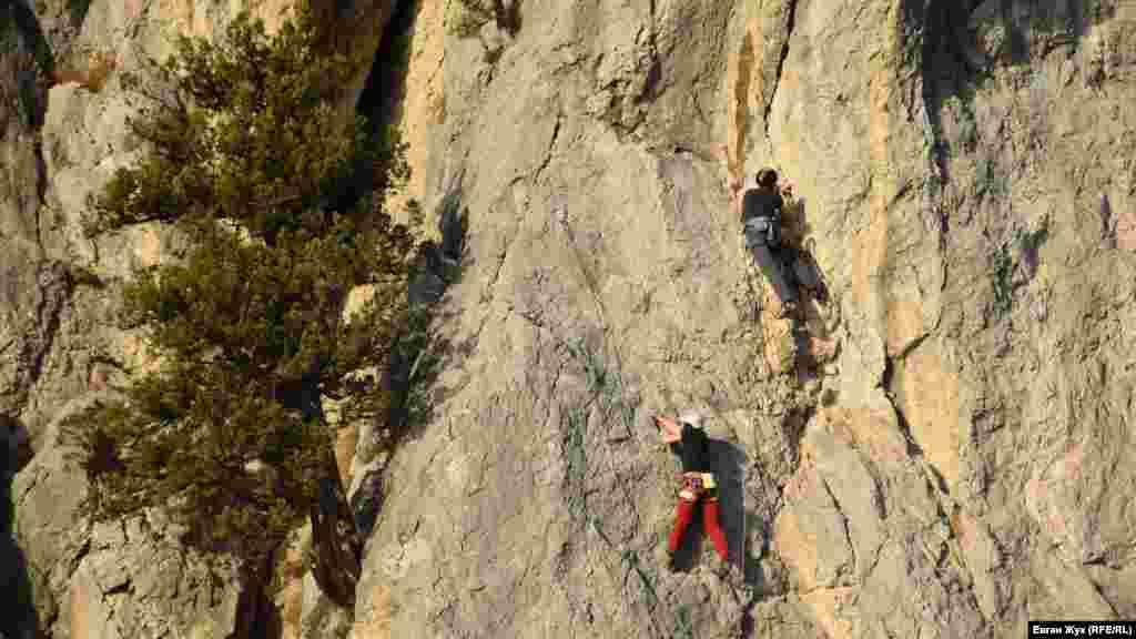 На скелях тренуються альпіністи