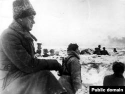 Генерал (будущий маршал) Константин Рокоссовский на позициях под Сталинградом, 1942 год