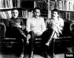 Эти люди, наверное, обрадовались бы языковому пуризму депутатов. (Слева направо: Ворошилов, Горький, Сталин; фото 1931 года)