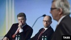 Президент Украины Петр Порошенко, премьер-министр Украины Арсений Яценюк и президент Европейской комиссии Жан-Клод Юнкер (слева направо) на международной конференции по поддержке Украины. Киев, 28 апреля 2015 года.