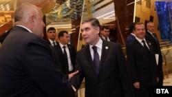 Борисов се ръкува с Бердимухамедов пред погледа на Дмитрий Медведев