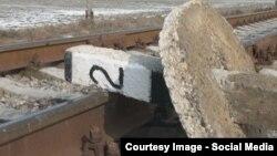 Ўқувчилар рельсни бетон устун билан тўсиб қўйишган.