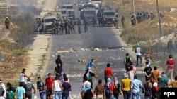 Стычки между палестинскими демонстрантами и израильскаими солдатами на Западном берегу Иордана. 8 августа 2014 года.