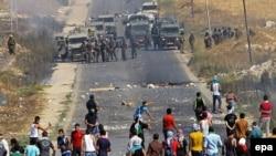 Палестинські протестувальники кидають камінням в ізраїльських солдат біля міста Наблус, 8 серпня 2014