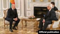 Аляксандар Лукашэнка і міністар замежных справаў Польшчы Вітальд Вашчыкоўскі падчас сустрэчы ў сакавіку 2016 году