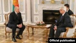 Аляксандар Лукашэнка (зьлева) падчас сустрэчы з кіраўніком МЗС Вітальдам Вашчыкоўскім